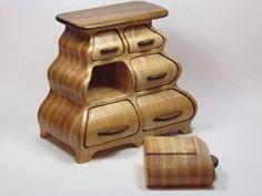 Gatekeeper - Ramon Gibbs nous présente dans cet article une de ses sculpturales pièces de mobilier qui combinent un meuble et des petits tiroirs individuels.