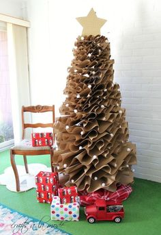 christmas tree alternative How to Make a Full-Size Brown Paper Christmas Tree - Crafts a la mode Traditional Christmas Tree, Unique Christmas Trees, Alternative Christmas Tree, Christmas Tree Crafts, Christmas Tree Design, Noel Christmas, Christmas Traditions, Christmas Tree Decorations, Modern Christmas