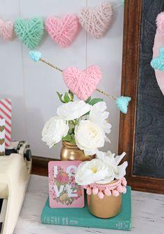 Envolver los corazones de espuma de poliestireno en hilo para una fácil para niños de artesanía Día de San Valentín