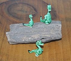 Three Bone China Miniature Dinosaurs / Geckos On Petrified Wood, Miniature Figurines, Petrified Wood Slab Vintage Cups, Vintage Wood, Christmas Gifts For Him, Christmas Stocking, Wood Owls, Miniature Figurines, Petrified Wood, Geckos, Wood Slab