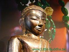 Antiek Boeddha beeld , 18e eeuw Birma : Antieke 18de eeuwse Boeddha beeld uit Birma. Met certificaat.  Boeddha zit in volle Lotuszit met de beide voetpalmen naar boven. (Padmasana). Met de linkerhand in de schoot geeft Boeddha aan dat hij in absoluut evenwicht is met zichzelf en met het universum. Met zijn rechterhand raakt hij de aarde aan (Bhumisparsa) om de aarde op te roepen om te getuigen van zijn verlichting.  http://www.little-buddha.be |   Vlasmarkt 9 te Antwerpen