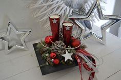 Hallo zusammen! Wir bieten Euch hier einen schönes Adventsgesteck in einer Schale an. Eine Schale in grau Schieferoptik mit 2 roten Metalltüten und Teelichtern wurden mit Sternen ...