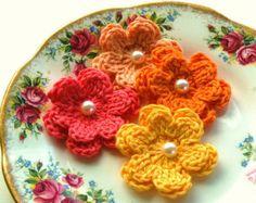 Crochet flores rosas    Tres crema, flores de ganchillo rosa, rosado y caliente dulce, adornadas con una flor de la cinta en pálido color de rosa, 2.5 ancho cada uno y hojas de color verde lima 3.    Hecho con un algodón suave.    Adornos pequeño perfectos para cualquiera de sus artesanías.    Haga clic aquí para ver mi tienda colorido http://www.etsy.com/shop/AnnieDesign    Del ganchillo mi apliques para pedir que por favor, espere 3-6 días antes del envío, gracias.