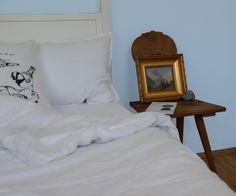 Ein schlichtes Schlafzimmer kann mit ein paar geschickten Tricks an einen Sommertag in den Alpen erinnern - träumen wir uns mit Phantasie zurück auf die Alpenwiese! http://www.yooyama.de/blog/schlafen/von-alpentraeumen-in-kissenbergen-und-deckentaelern