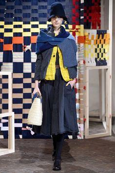Daniela Gregis Inverno 2017 Gonna grigia e giacca gialla
