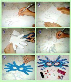 Masque en carton avec empreintes de main.