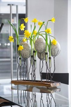 Easter Flower Decorations & Centerpieces that'll spreads the festive charm in the most beautiful way - Hike n Dip Easter Plants, Easter Flowers, Easter Tree, Easter Wreaths, Easter Flower Arrangements, Flower Centerpieces, Flower Decorations, Floral Arrangements, Tulips In Vase