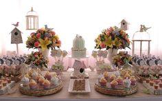 Meninas pré-adolescentes e clássicas podem preferir uma mesa de festa neutra. A sugestão de Fabiana Moura é um jardim de pássaros como tema. Foto: Divulgação