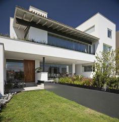 Casa moderna con tejado colonial