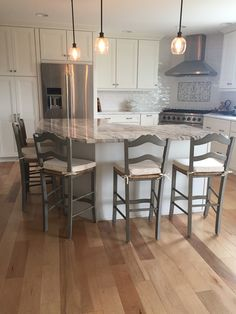 Perfect counter stools for my new kitchen. Not bulky and comfortable especially with the cushions. Comfortable without cushions as well. Modern Farmhouse Kitchens, Cool Kitchens, Style At Home, New Kitchen, Kitchen Decor, Awesome Kitchen, Kitchen Tips, Kitchen Ideas, Stools For Kitchen Island