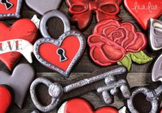 Learn how to make decorated sugar cookies that look like Heart Padlocks using royal icing. Perfect for Valentine's Day! Meringue Cookies, Cookie Frosting, Sugar Cookies, Valentines Day Cookies, Valentine Cookies, Christmas Cookies, Romantic Desserts, Decorator Frosting, Cookie Tutorials