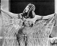 The creepy story of Hollywood's first 'vampire' actress Theda Bara Theda in one of her typically racy stage costumes Old Hollywood Stars, Golden Age Of Hollywood, Vintage Hollywood, Hollywood Glamour, Popular Actresses, Classic Actresses, Silent Film Stars, Movie Stars, Science Fiction