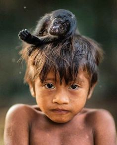 A National Geographic photographer captures the relationship between indigenous peoples and the primates they share their lives with. Photographie National Geographic, National Geographic Photography, National Geographic Animals, National Geographic Photos, Cute Kids, Cute Babies, Community Picture, Animals And Pets, Cute Animals