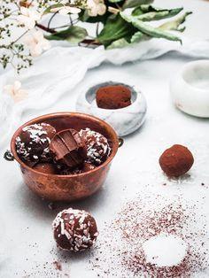 2 raaka-aineen vegaaniset suklaatryffelit Nutella Brownies, Vegan Baking, Truffles, Christmas Cookies, Fudge, Yummy Treats, Food Photography, Cheesecake, Sweets