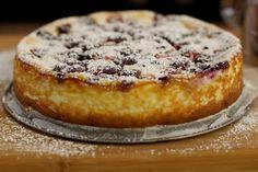 Deze bosvruchtentaart is één van de eerste taarten die Jeroen ooit heeft gebakken. Geen wonder dat ze eenvoudig is. De bodem bestaat uit petit beurrekoekjes, de vulling bevat veel verse kaas en het rode fruit zorgt voor frisheid. Laat de taart na het bakken goed afkoelen, zodat ze steviger wordt en klaar is om te versnijden. Just Desserts, Delicious Desserts, Dessert Recipes, Yummy Food, Pureed Food Recipes, Baking Recipes, Berry Cake, Sweet Bakery, Sweet Pie