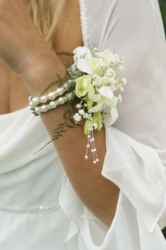 Wedding Diy Boutonniere Wrist Corsage 62 Ideas For 2019 Homecoming Corsage, Bridesmaid Corsage, Bridesmaid Flowers, Wrist Corsage Bracelet, Wrist Corsage Wedding, Wrist Corsage Diy, Mother Of The Bride Flowers, Mother Of Bride Corsage, Orchid Corsages