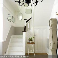 Eine harmonische Einrichtungsmöglichkeit ist diese Kombination aus weißer Wandfarbe und dem hellen Echtholzparkett. Die beige Standuhr und die Wandspiegel im  …