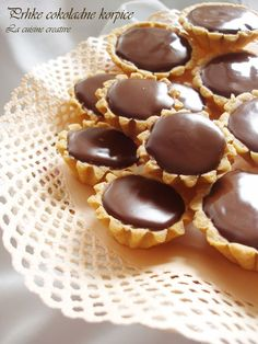 By Creative Cuisine: lovely chocolate tarts for tea time-shower food? Mini Desserts, Delicious Desserts, Yummy Food, Baking Recipes, Cookie Recipes, Dessert Recipes, Torta Recipe, Kolaci I Torte, Sweet Tarts
