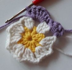 Örgü Bebek Battaniye - Mimuu.com Crochet Afgans, Baby Afghan Crochet, Crochet Granny, Crochet Blocks, Crochet Squares, Crochet Flower Patterns, Crochet Flowers, Plaid Crochet, Easy Crochet Stitches