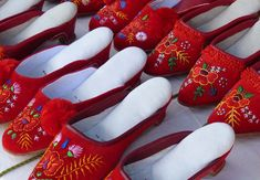 Szögedi papucs - Szeged slippers for dancing mainly in the region of towns Szeged and Kalocsa. Hungarian Embroidery, Folk Embroidery, Embroidery Patterns, Hungarian Paprika, Crochet Hook Set, Arte Popular, Folk Costume, Costumes, Straight Stitch