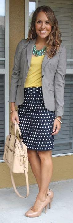 Blog da Lala Bueno. Business casual, great work outfit. Polka dots, yellow shirt, nude shoes.
