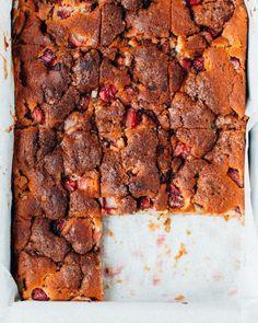 Gâteau au yogourt, aux fraises et à la rhubarbe