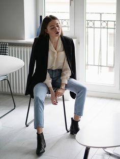 Pomysł na białą koszulę na co dzień/ do szkoły / do pracy. Połączenie białej koszuli z jeansami i czarną marynarką. Ponadczasowa klasyka w paryskim stylu.