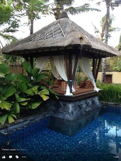 Perfect little garden at the St Regis, Bali. Tiny little plunge pool this awesome Balinese hut for coffees balinais Balinese Garden, Balinese Decor, Bali Huts, Garden Huts, Plunge Pool, Backyard, Patio, Pergola Designs, Resort Style