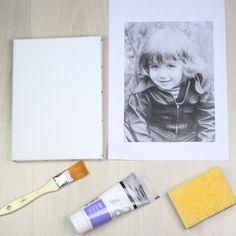 - Une toile blanche  - Une photo imprimée (sur du papier de bureau) avec une imprimante laser  - Un pinceau  - Du gel acrylique brillant  - Une éponge