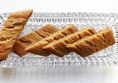 Kinuskiset puolukka-kaurapalat A Food, Food And Drink, Toffee, Banana Bread, Brownies, Waffles, Bakery, Cookies, Breakfast