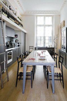 Une cuisine avec salle à manger organisée tout en longueur