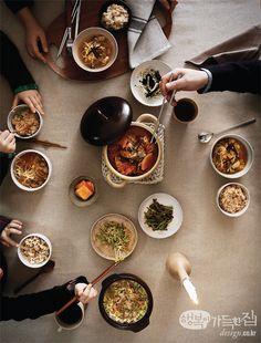 집밥에는 다양한 풍경이 담긴다. 어떤 삶을 사는지 어느 집이고 밥상을 들여다보면 짐작할 수 있다. 그중에서도 가족이 모두 모이고 손님을 초대하는 저녁 식사 자리는 하루의 정점이나 다름없다. 일명 '집밥 마니아'의 저녁 밥상을 리얼하게 공개한다. 그들의 밥상에도 거창한 음식이 오르는 것은 아니다. 다만 이들의 집밥은 단순한 끼니를 넘어 홀로 사색하는 시간이며, 둘이서 연애하는 순간이고, 여럿이 대화하고 소통하는 장이다. 당신의 집밥 풍경은 어떠한가?