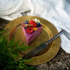 Berry Raw Cake by Yellow Mood Kitchen. Raw Dessert Recipes, Raw Food Recipes, Cake Recipes, Desserts, Raw Cake, Healthy Cake, Berries, Tasty, Treats
