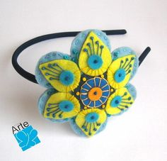 Tiara com mandala em feltro, em formato de flor, detalhadamente bordada.  Dimensões: 10,0 cm de diâmetro.  Fino acabamento... R$ 30,00