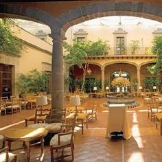 Localizado en Isabel la Católica el hotel Downtown es la más reciente propuesta del grupo Habita, su terraza que deja entre ver las cúpulas de edificios viejos es ideal para celebrar este día con e...