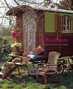 """Roulottes -bedre kjent som """"sigøynervogn"""" i Norge. Sjelden vare her hjemme, men relativt vanlig i England hvor det kjøres årlige løp med hest og Roulottes. Ekstra gjesteplass i hagen ønskes:-)"""