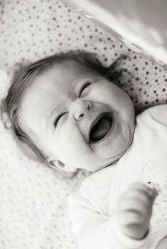 Se fai un sorriso le parole non servono se regali un sorriso, arrivi dritto al cuore spalanchi le porte del tuo essere per incontrare chi hai di fronte a te. Sorridere, l'arma più potente in un mondo di persone tristi.  -Stephen Littleword, Aforismi-