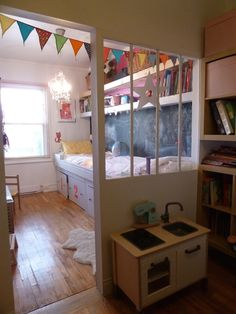 Chambre d'enfant avec verrière séparatrice / girl's room with an interior window