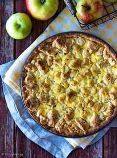 Kesäomenat ovat jo kypsyneet ja on ensimmäisen omenapiirakan aika! Suuren suosion saavuttanut punaherukka-ansa sai nyt omenatäytteen. Piirakasta tulee korkea, lähes kakkumainen. Kakkumaisuutta lisää, jos ansan paistaa kakkuvuoassa ja siirtää erilliselle lautaselle tarjolle asetettaessa. Jos haluat tehdä matalamman