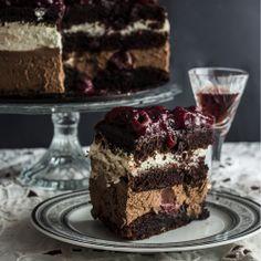 Ciasto czekoladowe z kremem i galaretką z dodatkiem wiśniówki.