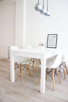 w e i ß e e s s z i m m e r s t ü h l e DSW Chair weiße Inneneinrichtunghttps://modecor.com/Eames-DSW-Stuhl-in-Weiss