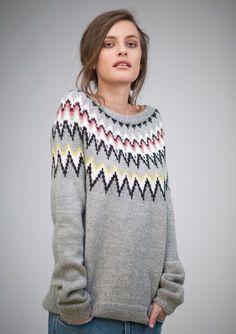 Gratis PDF opskrift på damesweater med rundt bærestykke Download opskriften og se garnforbrug Garn til...