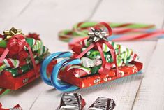 How to Make Candy Cane Sleighs with Candy Bars for Christmas! These make the best DIY Christmas gifts! Perfect for teachers, friends and family! We love finding cute food crafts for the holiday! Christmas Candy Gifts, Diy Holiday Gifts, Christmas Gifts For Girls, Homemade Christmas, Simple Christmas, Holiday Crafts, Diy Gifts, Holiday Fun, Festive