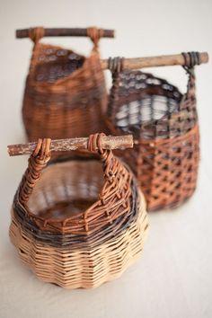 Paper Weaving, Weaving Art, Making Baskets, Traditional Baskets, Willow Weaving, Pine Needle Baskets, Paper Basket, Wire Basket, Weaving Projects