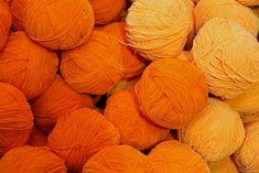 PATRÓN DE TEJIDO - Suéter de hilo de calcetines de arriba hacia abajo / Audrey ... Orange Fabric, Red Fabric, How To Dye Fabric, Natural Dye Fabric, Natural Dyeing, How To Make Orange, Purple Dye, Spinning Wool, Orange Aesthetic