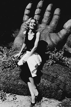 Jessica Lange resting in King Kong's palm :-)