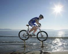 Fondo de Salto de una bici de montaña en la playa - Wallpaper