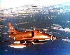 """""""Ultima foto del Teniente Arraras y su A4B"""" 08/06/82 - El Día mas Negro de la Flota... OF 1296: Tres A-4B Skyhawk, indicativo """"Mazo"""", armados con tres bombas retardadas por paracaídas. Misión: ataque objetivo naval y Fitz Roy. Tripulación (1) 1erTen Rubén Bolzán (C-204), (2) Alf Guillermo Dellepiane (C-239), (3) Ten Juan Arrarás (C-226). Despegaron de Río Gallegos, a las 15:00. OF 1297: Tres A-4B Skyhawk, indicativo """"Martillo"""" armados con tres bombas retardadas .."""