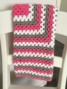 Mooie granny square deken roze, wit en grijs 80 cm