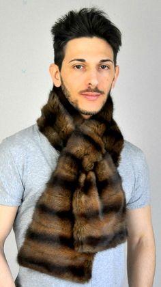 Sciarpa in pelliccia unisex, in petit-gris. Sciarpa estremamente soffice ed elegante, adatta per occasioni importanti e per creare il proprio look inconfondibile.  www.amifur.it